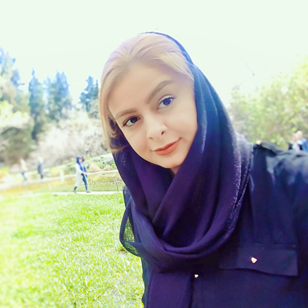 پروا اکبرزاده هم بنیانگدار، صاحب امتیاز و طراح گرافیک